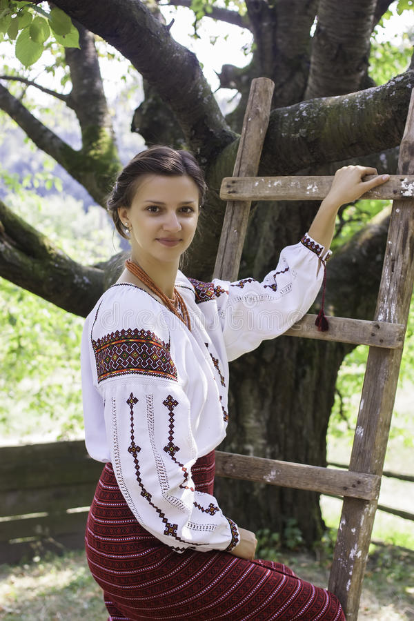 Menina bonita na roupa nacional ucraniana fotos de stock royalty free