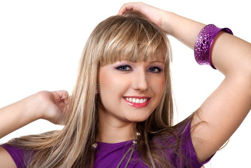Menina bonita na roupa roxa com neckl de prata imagens de stock