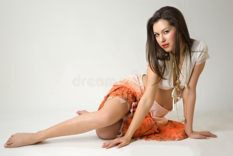 Menina bonita na saia alaranjada fotografia de stock