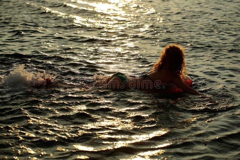 A menina bonita nada no mar imagens de stock royalty free
