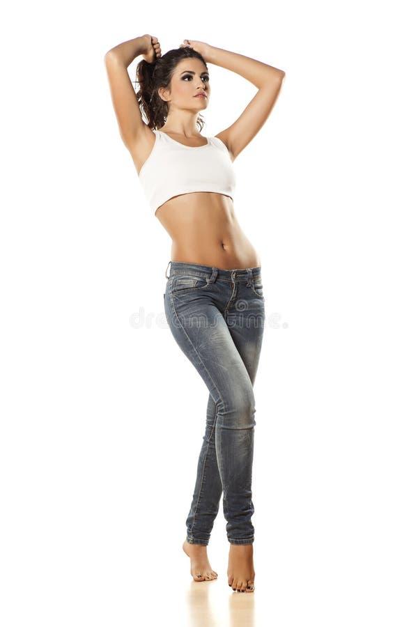 Menina bonita nas calças de brim foto de stock royalty free