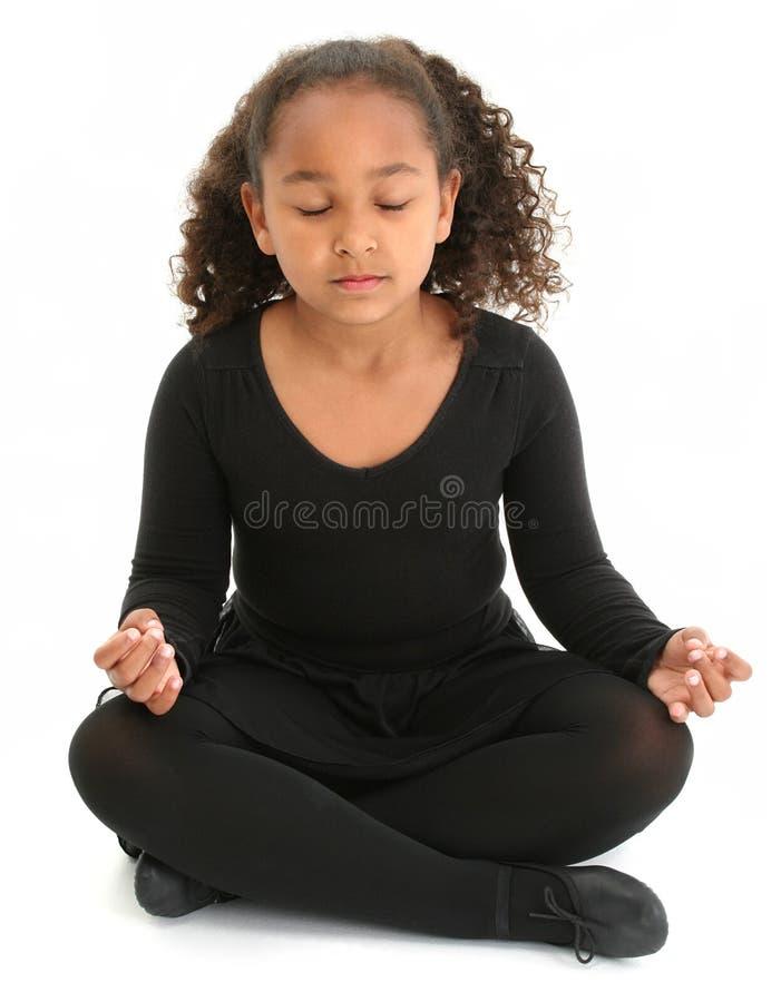 Menina bonita no assoalho que Meditating foto de stock