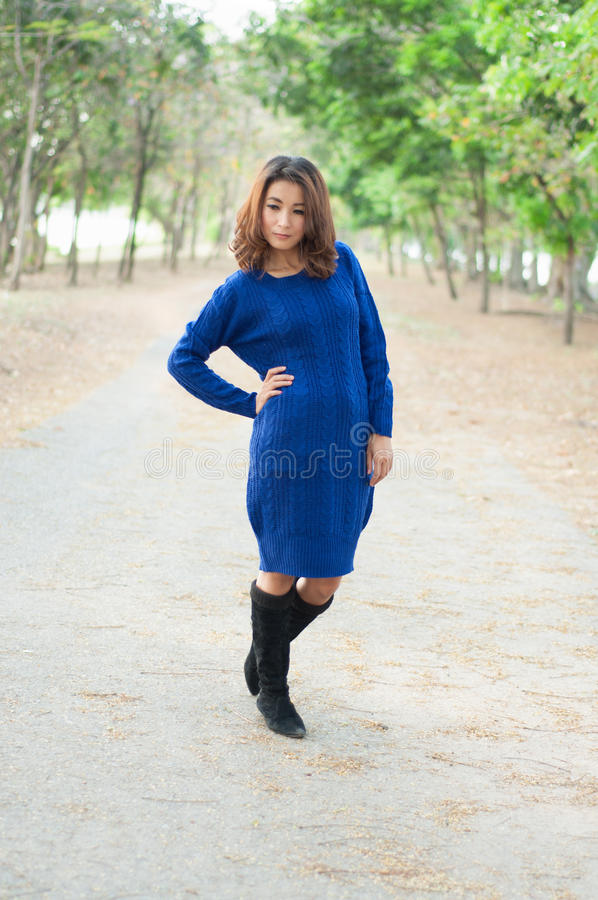 Menina bonita no azul imagem de stock