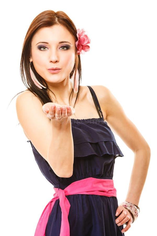 Menina bonita no beijo de sopro do estilo do verão flirty imagens de stock royalty free