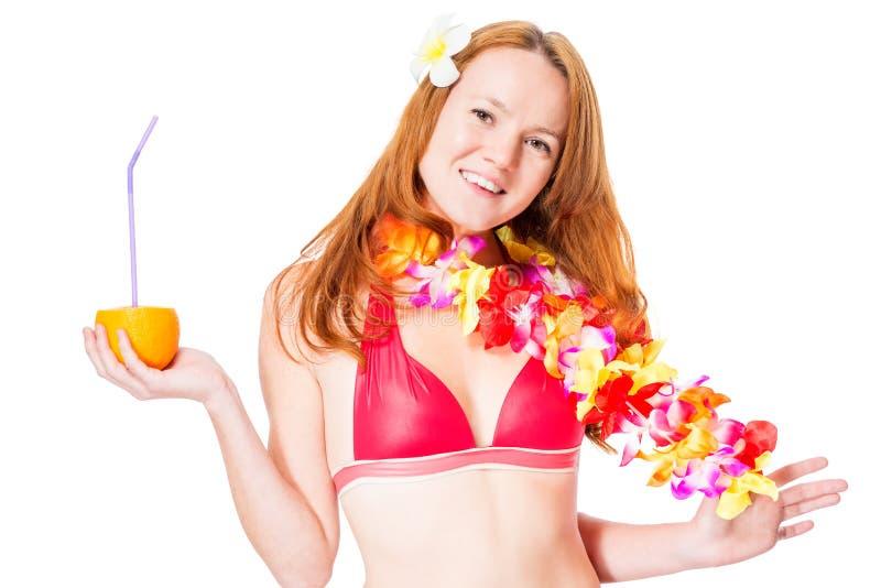 Menina bonita no biquini e em leus havaianos imagens de stock royalty free