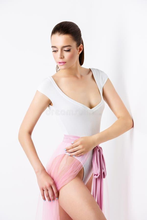 Menina bonita no bodysuit e basque fotografia de stock royalty free