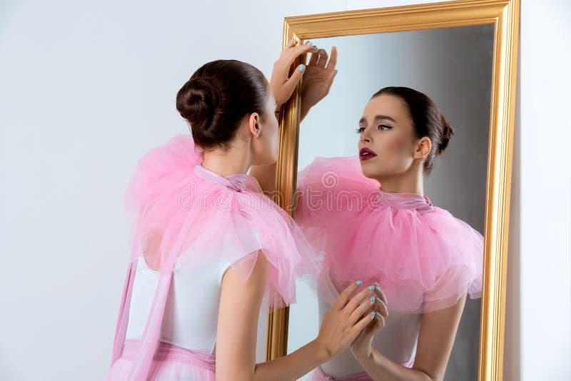 Menina bonita no bodysuit e basque imagem de stock