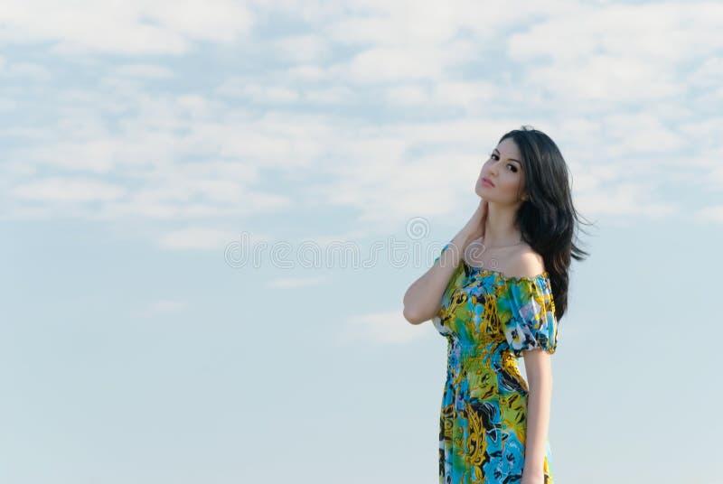 Menina bonita no campo com céu azul fotografia de stock royalty free