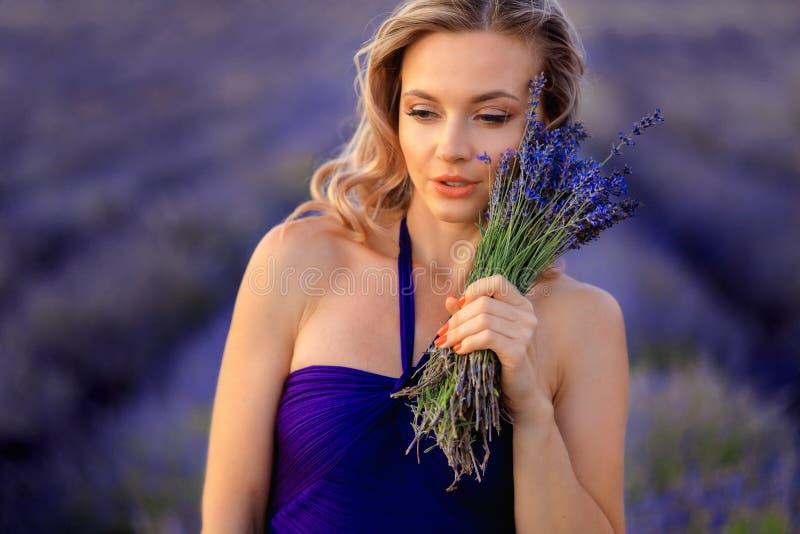 Menina bonita no campo da alfazema Mulher bonita no campo da alfazema no por do sol foto de stock
