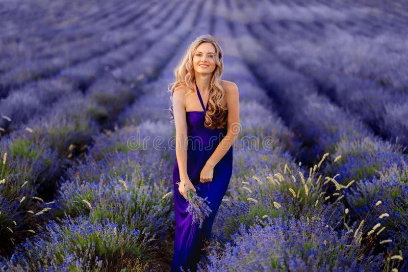 Menina bonita no campo da alfazema Mulher bonita no campo da alfazema no por do sol imagens de stock