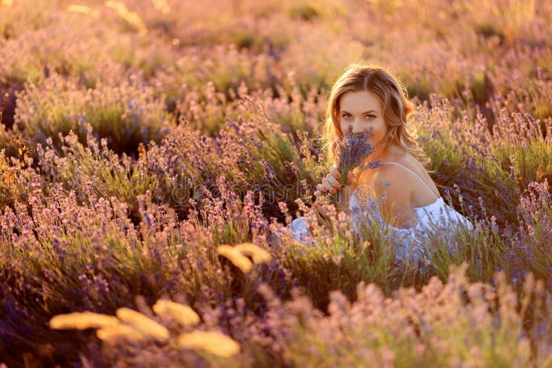 Menina bonita no campo da alfazema Mulher bonita no campo da alfazema no por do sol imagens de stock royalty free