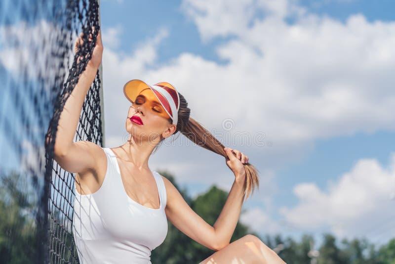Menina bonita no campo de tênis fotos de stock