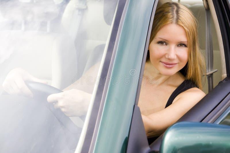 Menina bonita no carro fotografia de stock