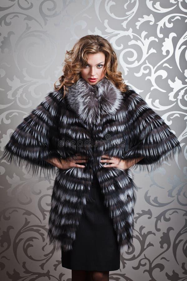 Menina bonita no casaco de pele fotos de stock