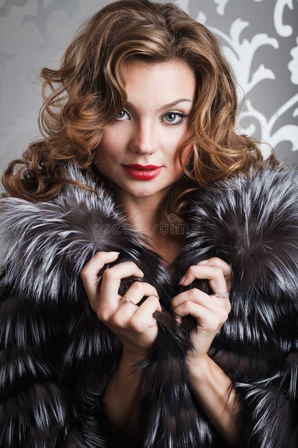 Menina bonita no casaco de pele fotos de stock royalty free