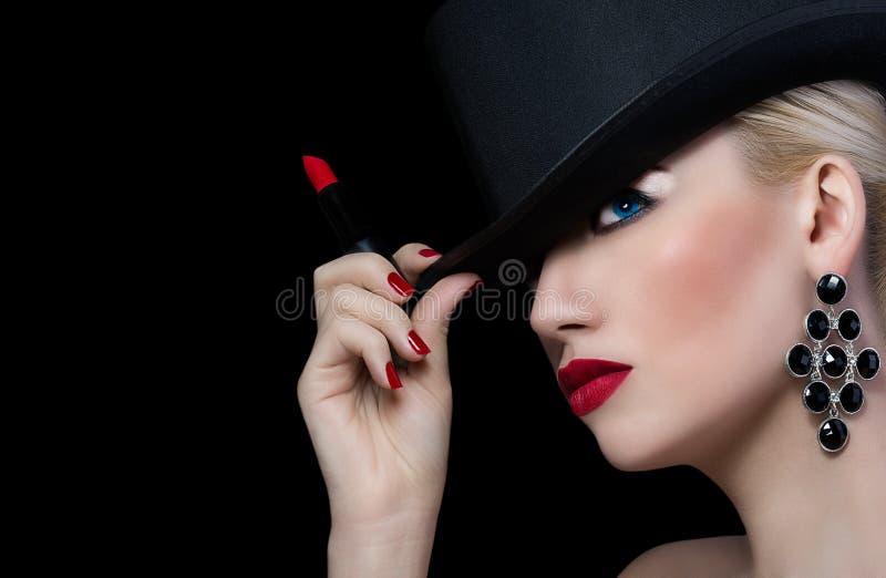 Menina bonita no chapéu com batom vermelho imagem de stock royalty free