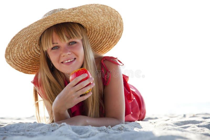 Menina bonita no chapéu na praia foto de stock