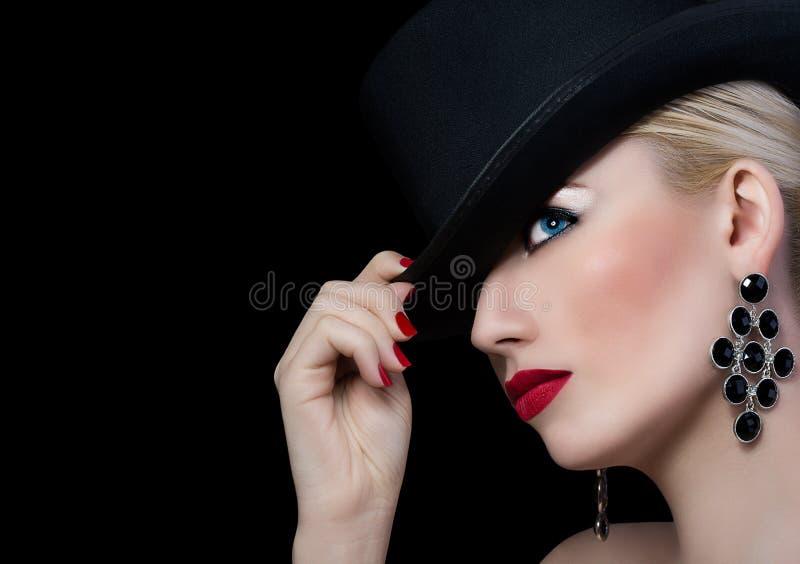 Menina bonita no chapéu negro com batom vermelho imagens de stock royalty free