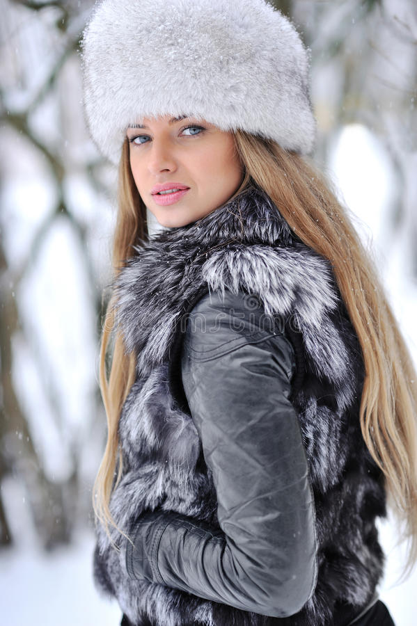 Menina bonita no chapéu peludo imagem de stock royalty free