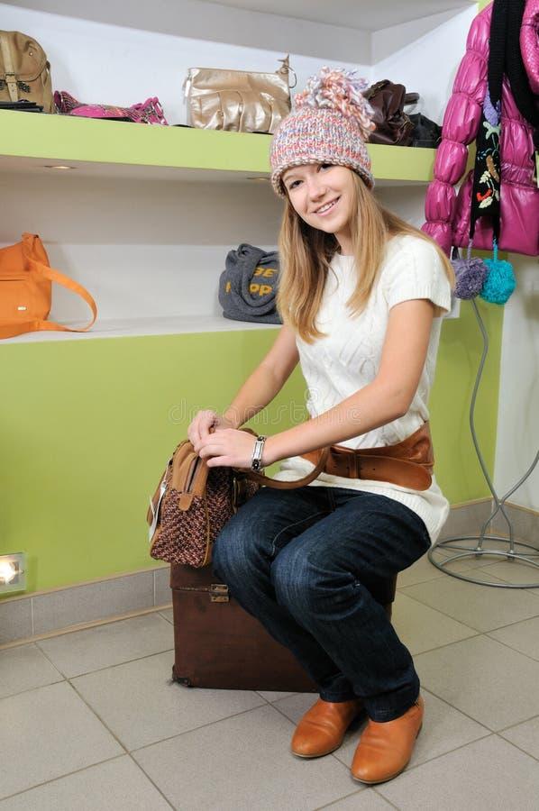 Menina bonita no chapéu que escolhe um saco imagem de stock royalty free