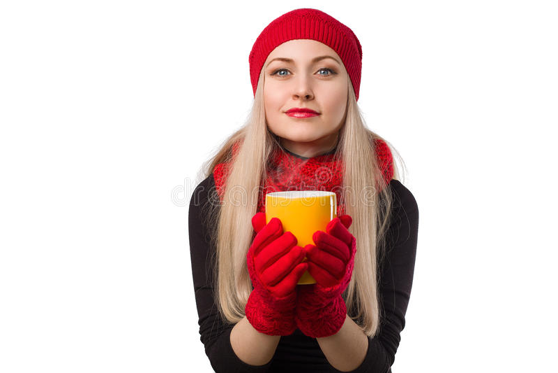Menina bonita no chapéu vermelho com o copo da bebida quente em suas mãos foto de stock royalty free