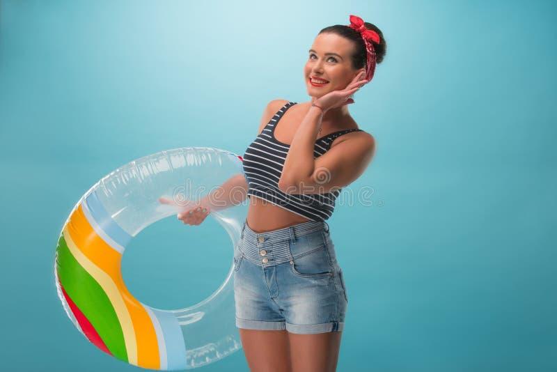 Menina bonita no estilo do pinup com inflável imagens de stock