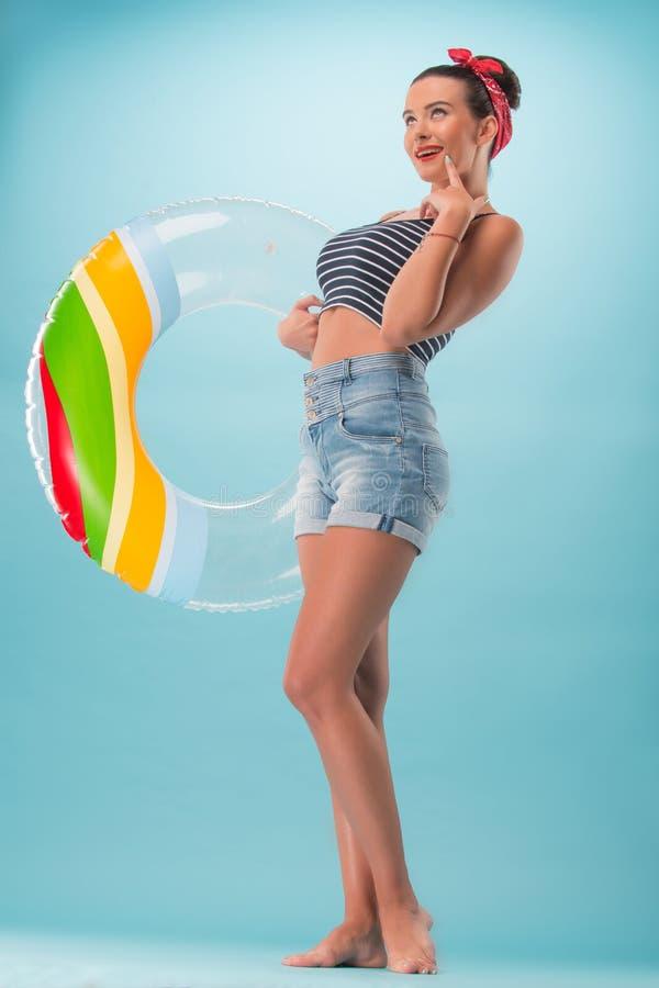 Menina bonita no estilo do pinup com inflável fotos de stock royalty free