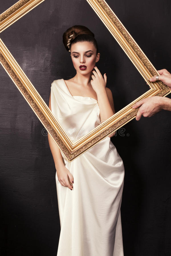 Menina bonita no estilo grego