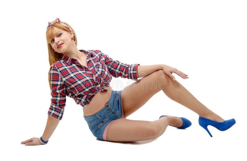 Menina bonita no estilo retro que encontra-se no assoalho imagens de stock royalty free