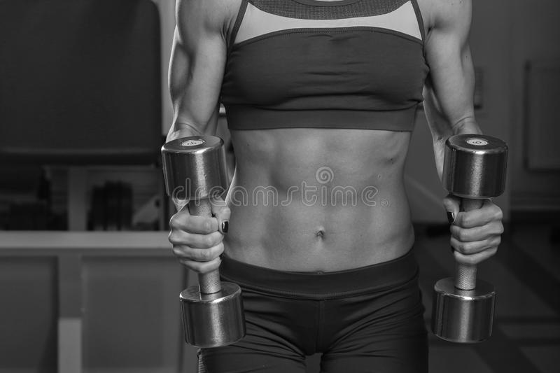Menina bonita no gym que faz exercícios fotos de stock royalty free