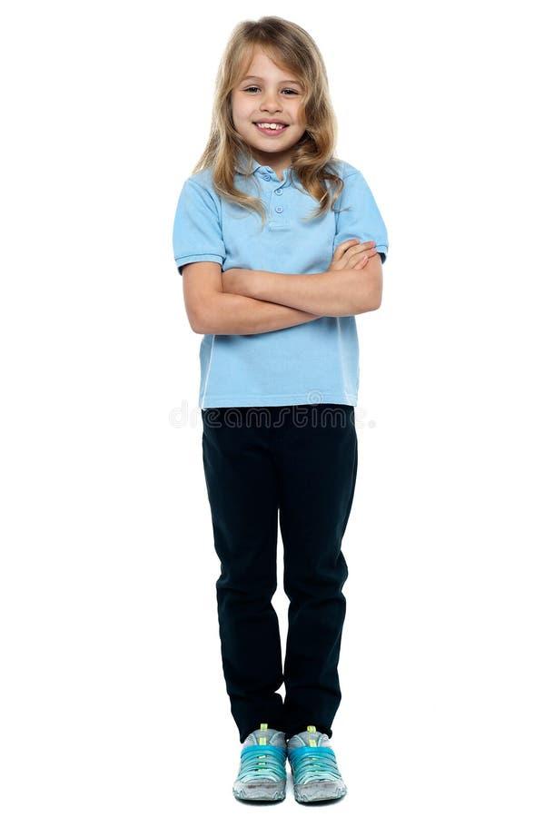 Menina bonita no levantamento ocasional com braços dobrados imagens de stock royalty free
