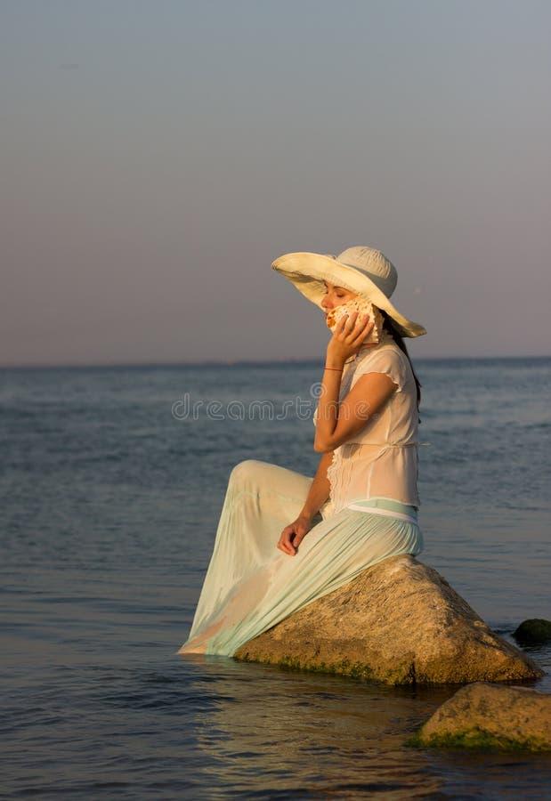 Menina bonita no mar imagens de stock