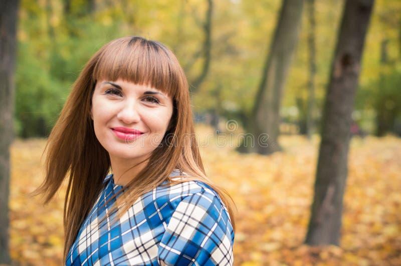 Menina bonita no outono do parque foto de stock royalty free