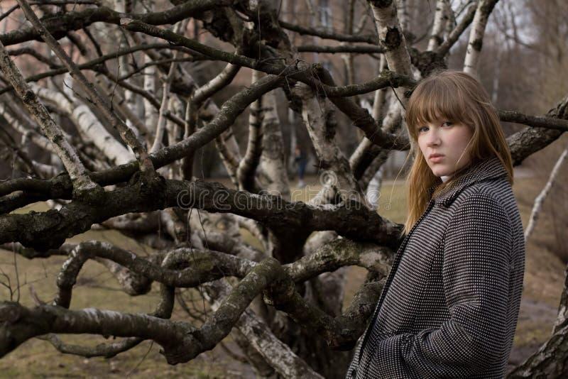 Menina bonita no parque da cidade imagens de stock