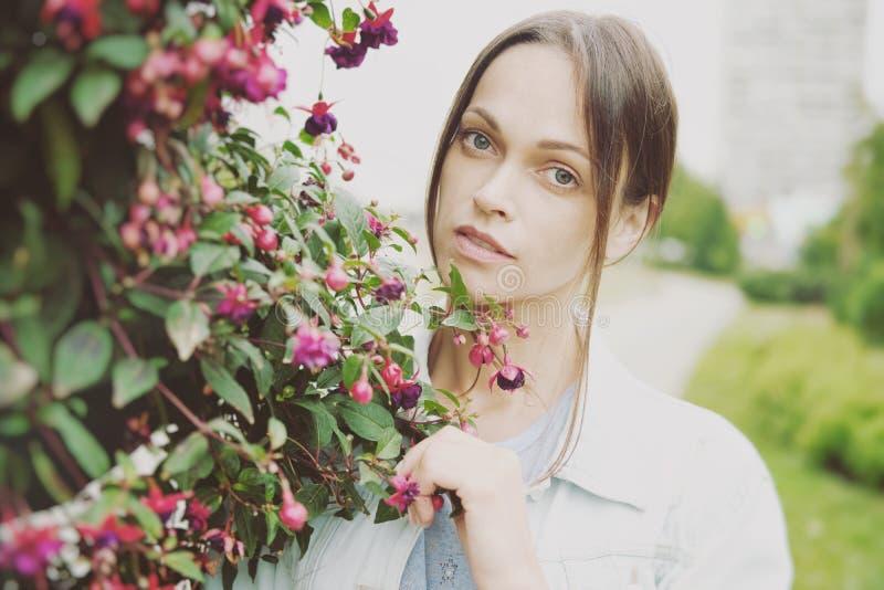Menina bonita no parque da cidade imagem de stock royalty free