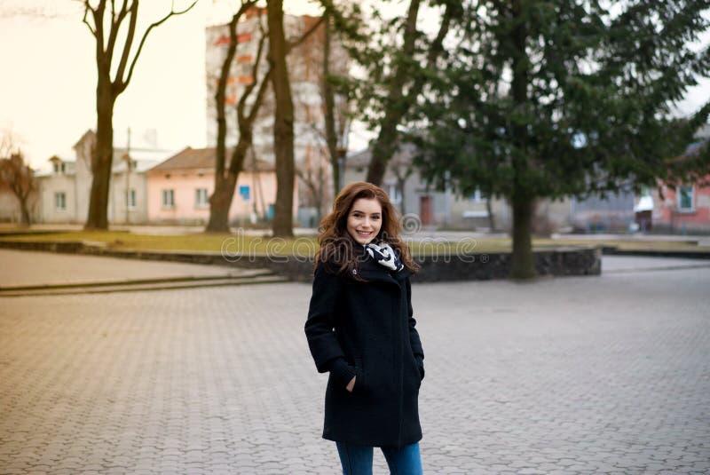 Menina bonita no parque do outono fotografia de stock