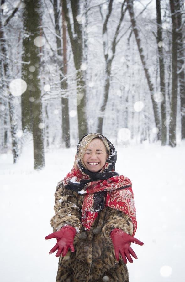 Menina bonita no parque no inverno, menina em um casaco de pele fotografia de stock royalty free