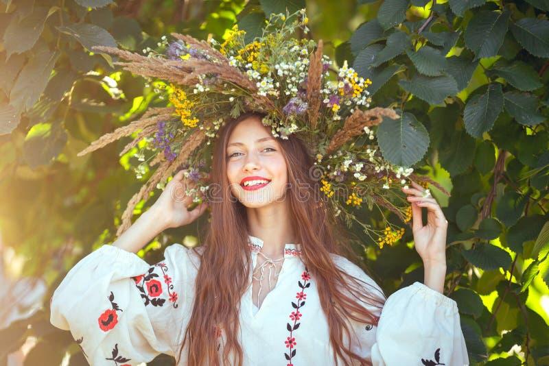 Menina bonita no prado na série nacional fotografia de stock royalty free