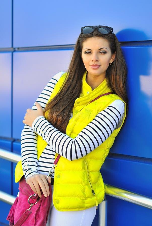 Menina bonita no retrato exterior da rua da roupa colorida foto de stock royalty free
