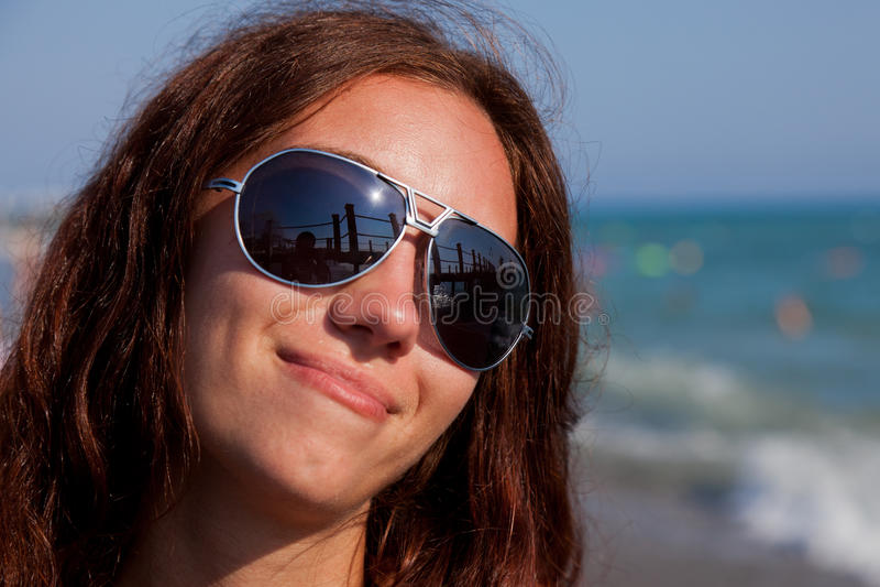 Menina bonita no seashore foto de stock