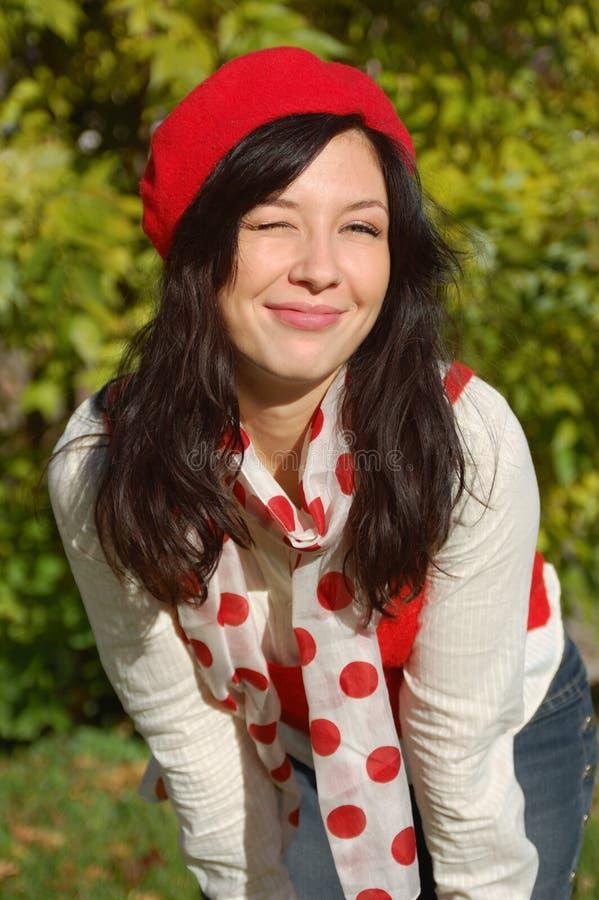 Menina bonita no sorriso vermelho da boina fotografia de stock royalty free