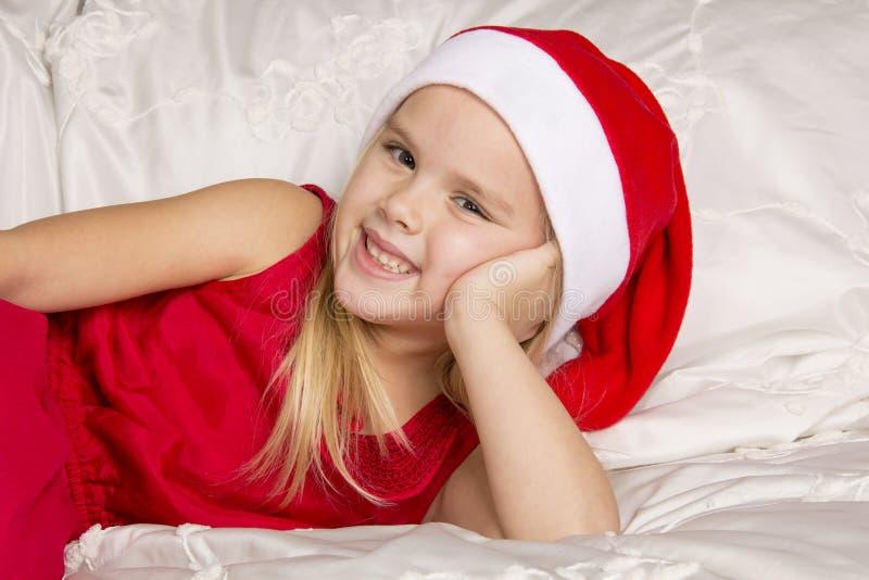 Menina bonita no tampão de Santa foto de stock