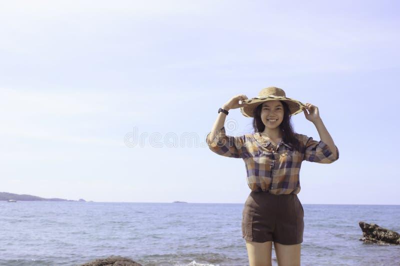 Menina bonita no tempo de férias no mar fotos de stock