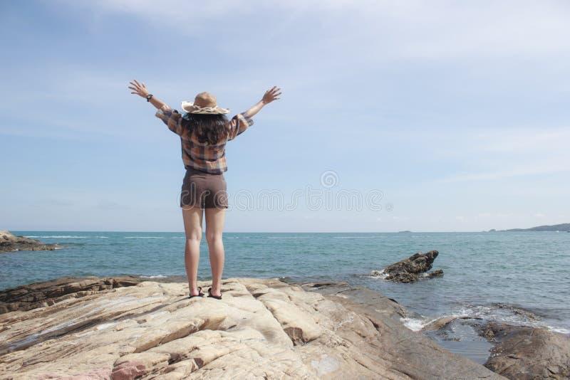 Menina bonita no tempo de férias no mar fotografia de stock