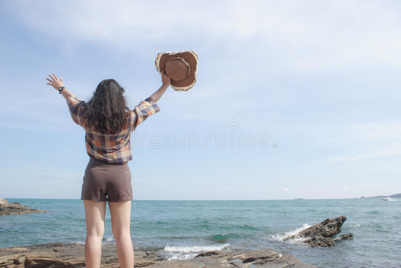 Menina bonita no tempo de férias no mar imagens de stock royalty free