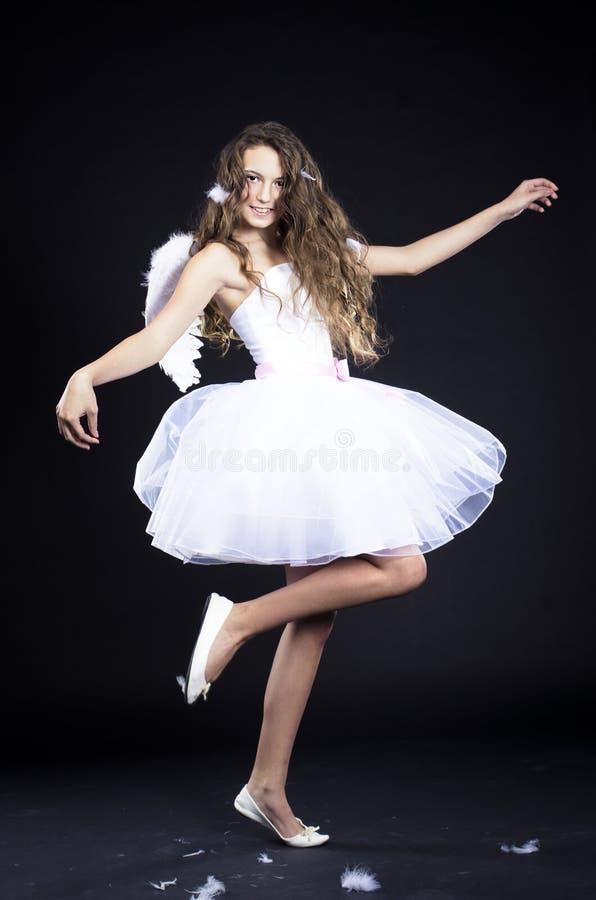 Menina bonita no traje do anjo foto de stock