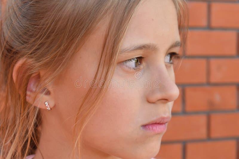 Menina bonita no verão imagem de stock