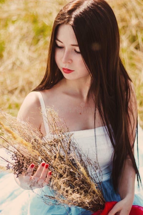 Menina bonita no vestido azul com pregos vermelhos fotos de stock royalty free