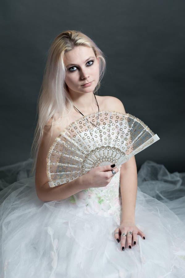 Menina bonita no vestido branco no preto imagem de stock