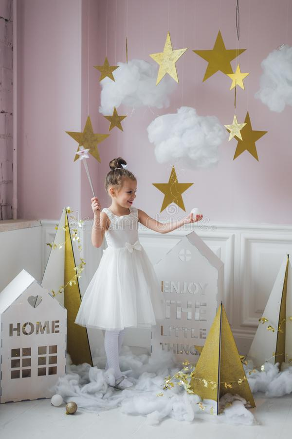 Menina bonita no vestido da princesa com cabelo longo fotografia de stock royalty free